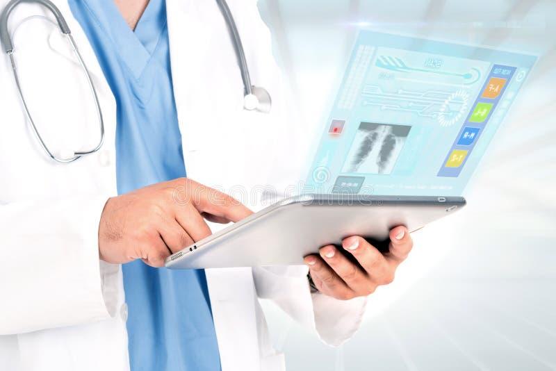Doktor mit Tablette lizenzfreies stockbild