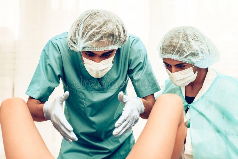 Doktor obstetriker Gynecologist på barnsbörden arkivbilder