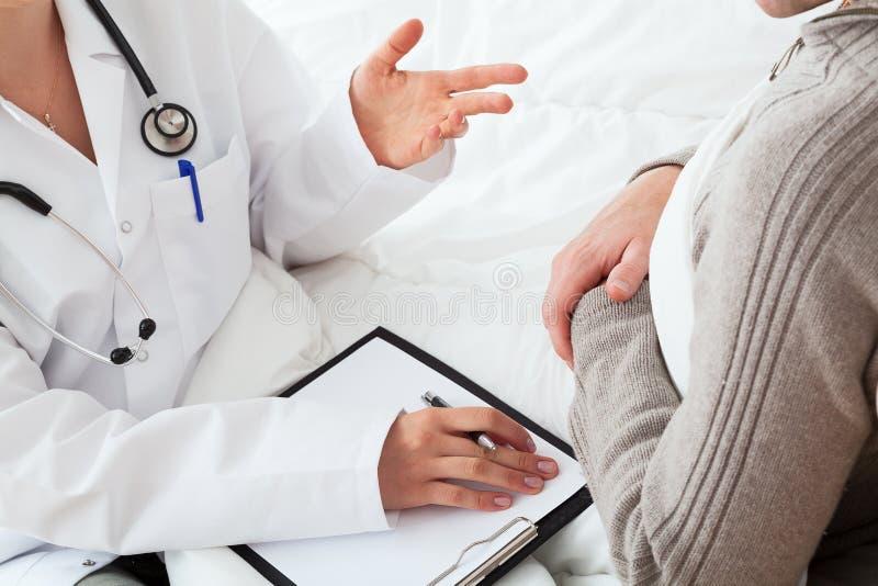 Doktor och en patient fotografering för bildbyråer