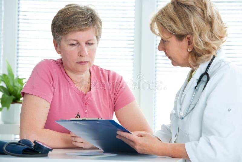 Doktor och patient arkivfoto