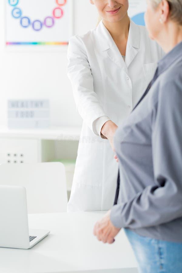 Doktor och patient för konsultation arkivfoto