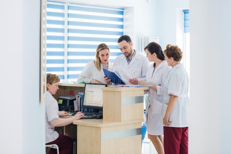 Doktor och receptionist på mottagandet i ett sjukhus royaltyfri foto
