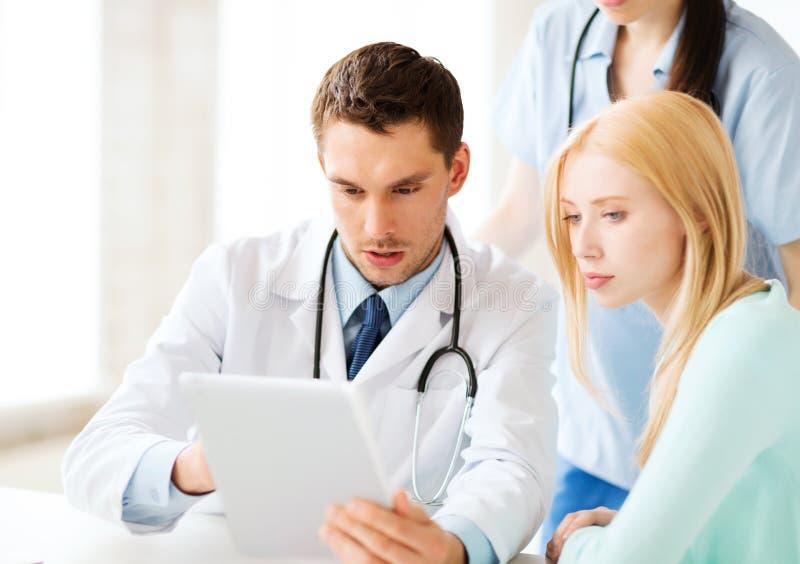 Doktor och sjuksköterska med patienten i sjukhus fotografering för bildbyråer