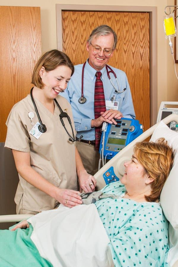 Doktor och sjuksköterska med sjukhuspatienten royaltyfri fotografi
