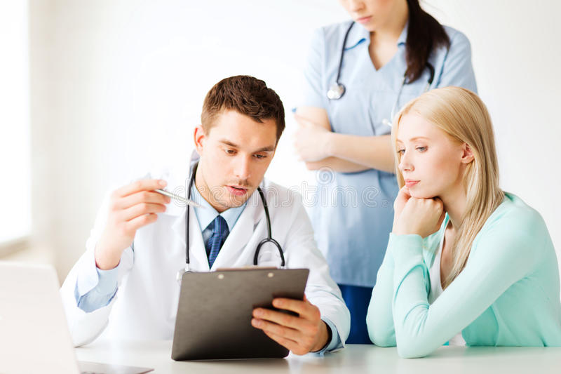 Doktor och sjuksköterska med tålmodign i sjukhus arkivbilder