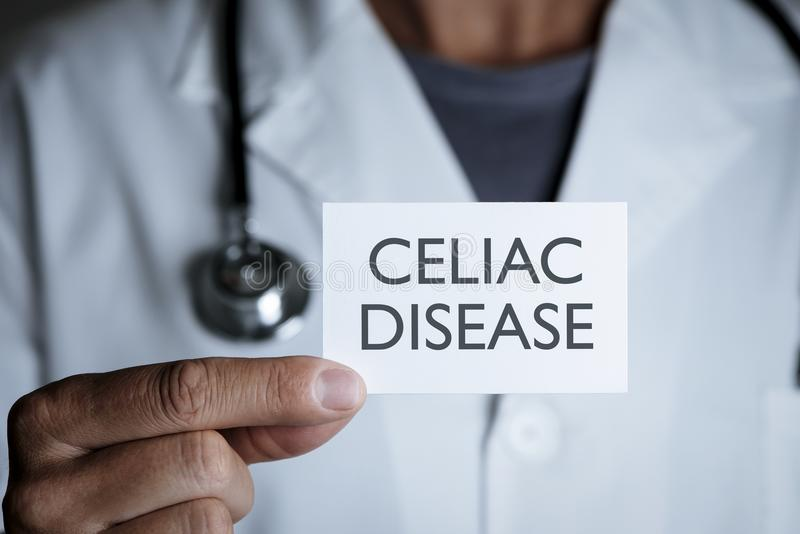 Doktor och skylt med den celiac sjukdomen för text arkivfoton