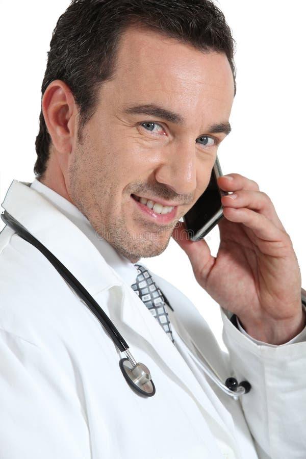Doktor på att le för telefon royaltyfria foton