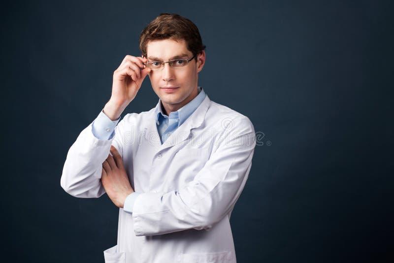 Doktor på mörk bakgrund arkivbilder