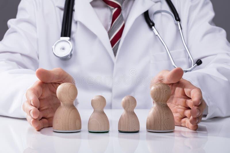Doktor Protecting Family lizenzfreie stockbilder
