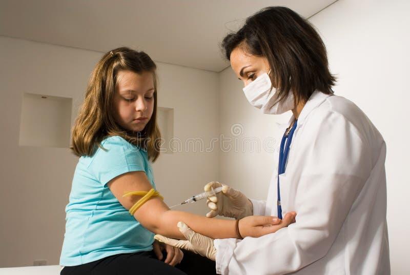 doktor ręce dziewczyna daje szansę horyzontalnemu obraz stock