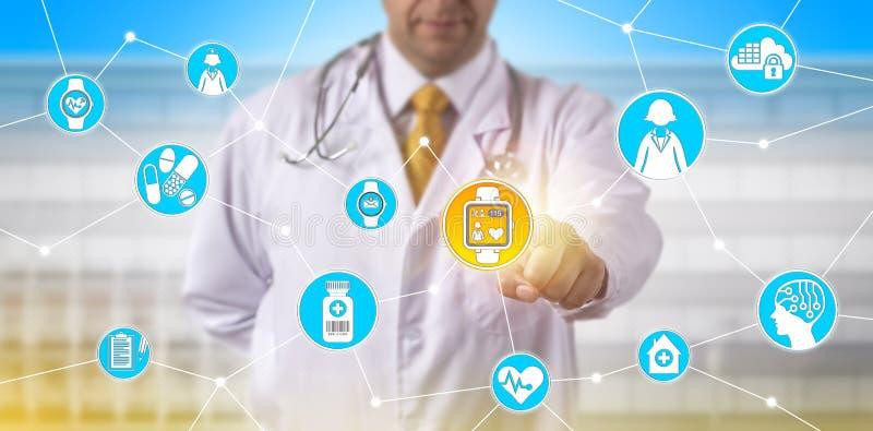 Doktor Remotely Tacking Pulse i kliniskt försök royaltyfri fotografi