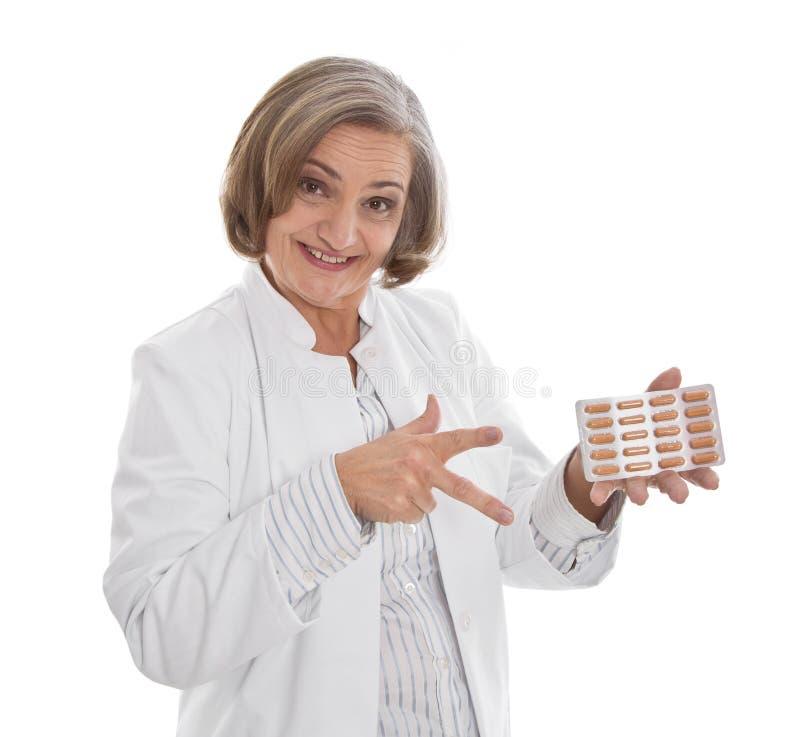 Doktor schreibt Pillen - die ältere Frau vor, die auf weißem backgrou lokalisiert wird stockfotos