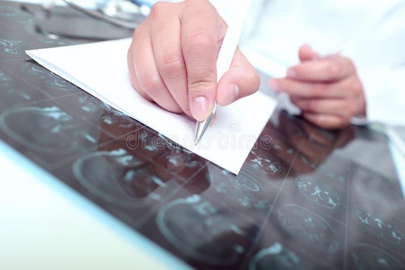 Doktor schrieb auf ein Papier stockfotos