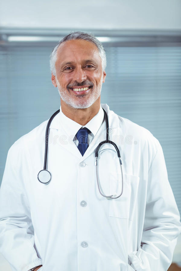 Doktor an seinem Schreibtisch in der Klinik lizenzfreies stockfoto