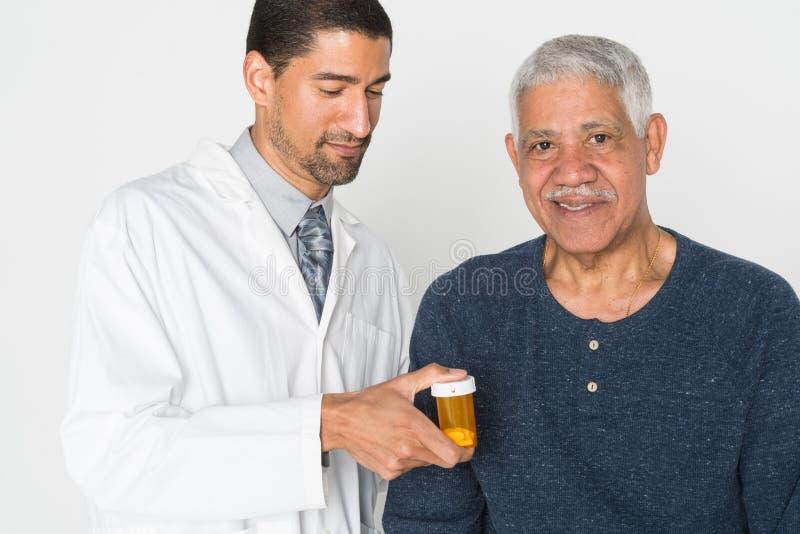 Doktor With Senior royaltyfri fotografi