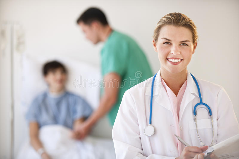 Doktor Smiling an der Kamera lizenzfreie stockfotos