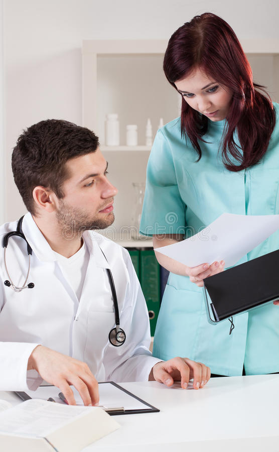 Doktor som analyserar resultat för medicinskt prov royaltyfria foton