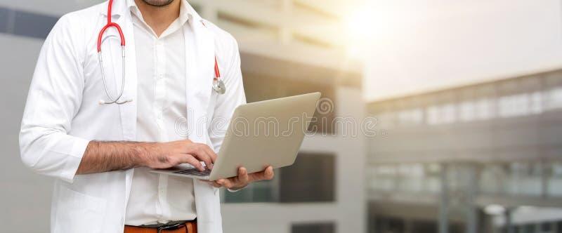 Doktor som använder bärbar datordatoren på sjukhuset royaltyfria foton