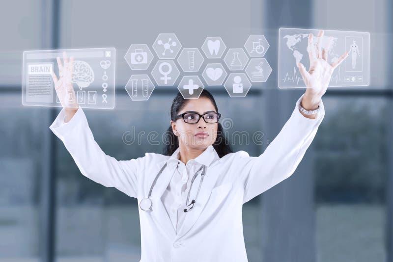 Doktor som använder pekskärmmanöverenheten royaltyfri bild