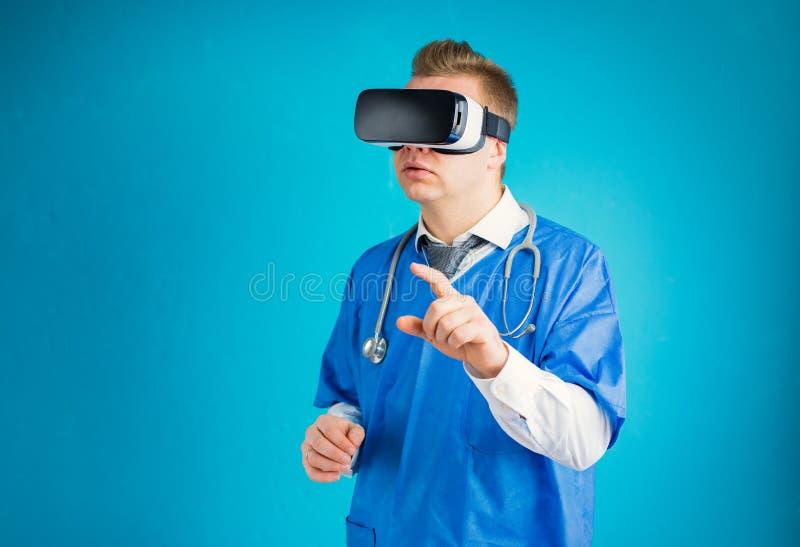 Doktor som anv?nder virtuell verklighetskyddsglas?gon royaltyfria bilder