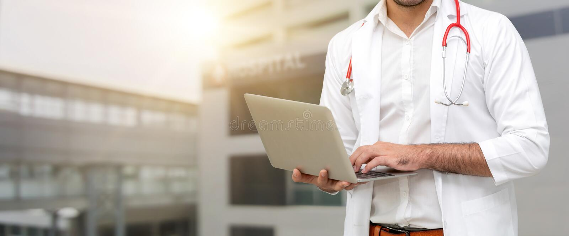 Doktor som anv?nder b?rbar datordatoren p? sjukhuset royaltyfri foto