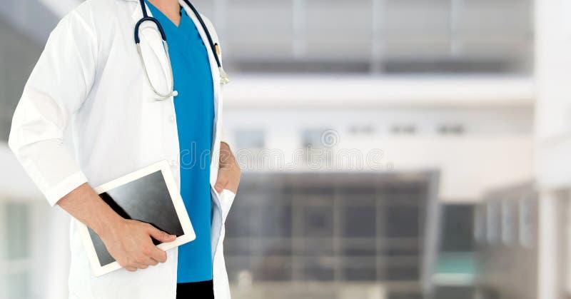 Doktor som anv?nder minnestavladatoren p? sjukhuset royaltyfria foton