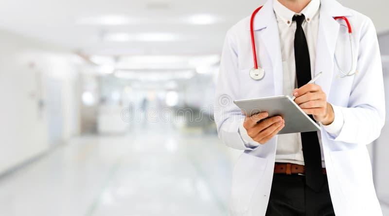 Doktor som anv?nder minnestavladatoren p? sjukhuset royaltyfria bilder