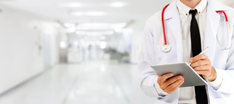 Doktor som anv?nder minnestavladatoren p? sjukhuset fotografering för bildbyråer