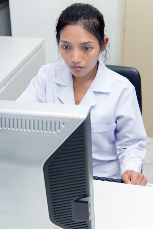 Doktor som arbetar på datoren arkivbilder