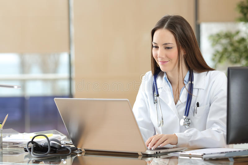 Doktor som arbetar på linje i en konsultation arkivbilder