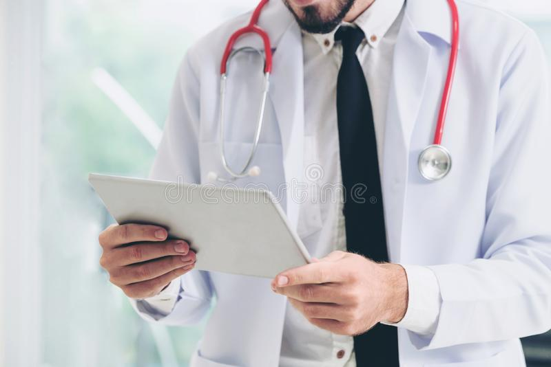 Doktor som arbetar p? minnestavladatoren i sjukhuset arkivbilder