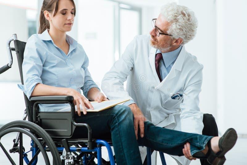Doktor som besöker en ogiltig patient arkivfoto