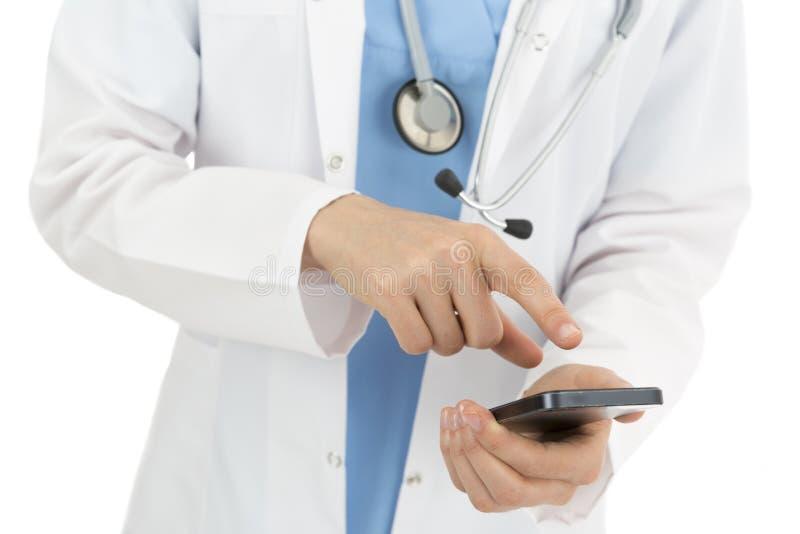 Doktor som bläddrar på den smarta telefonen royaltyfria foton