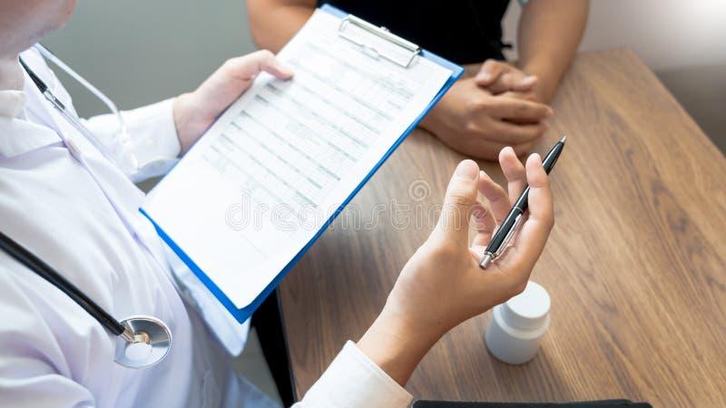 Doktor som in förklarar och ger en konsultation till tålmodiga medicinska informationer och diagnos om behandlingen för villkor royaltyfri foto
