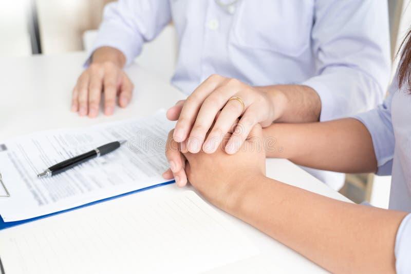 Doktor som in förklarar och ger en konsultation till tålmodiga medicinska informationer och diagnos om behandlingen för villkor royaltyfria foton