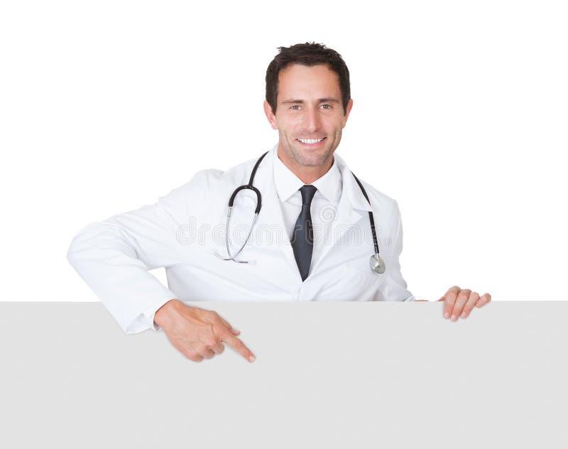 Doktor som framlägger det tomma banret royaltyfria bilder