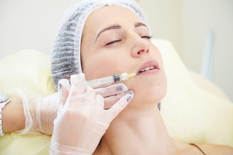 Doktor som gör den kosmetiska injektionen royaltyfri bild