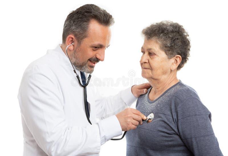 Doktor som gör läkarundersökning till patienten royaltyfria foton
