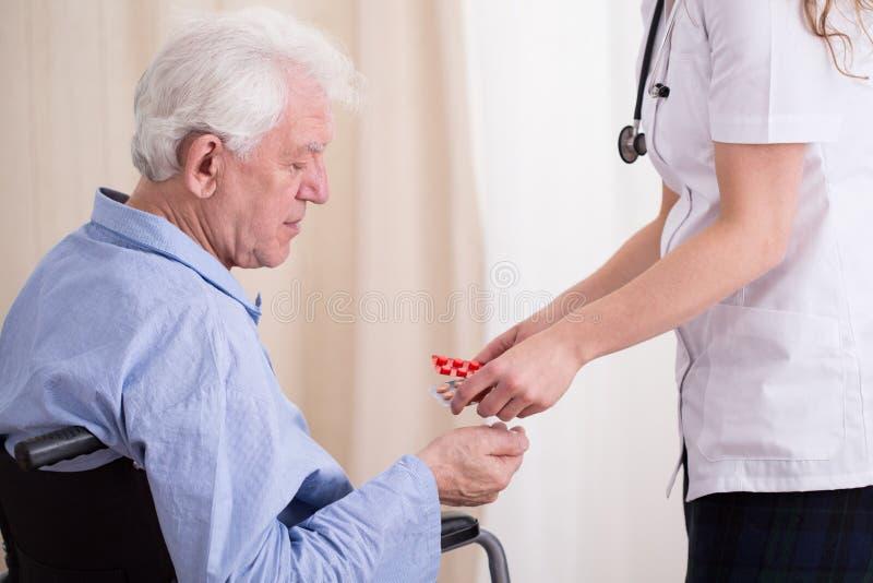 Doktor som ger den tålmodiga medikamentet fotografering för bildbyråer