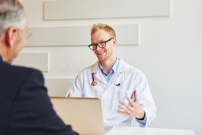 Doktor som ger rådgivning till patienten royaltyfri bild