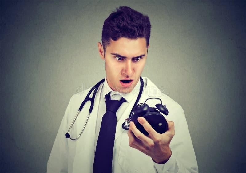 Doktor som har brist av tid fotografering för bildbyråer