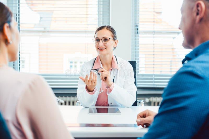 Doktor som har konsultation med tv? patienter royaltyfria foton