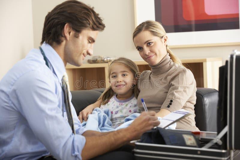 Doktor som hemma besöker det sjuka barnet och modern royaltyfri fotografi