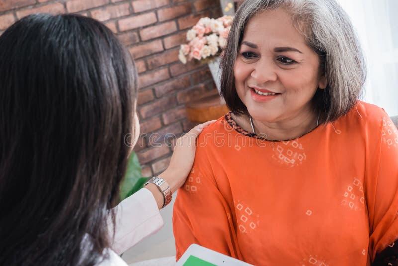 Doktor som konsulterar med den höga patienten arkivfoton
