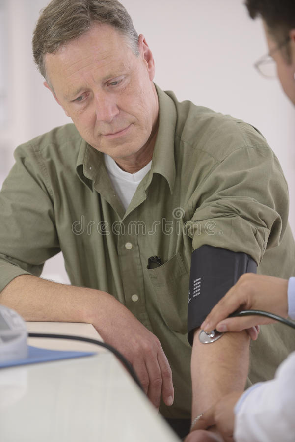 Doktor som kontrollerar blodtryck