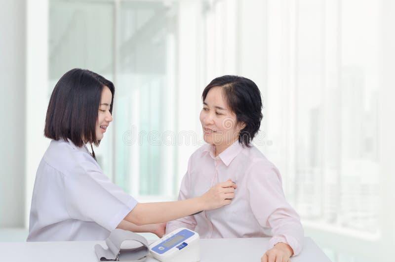 Doktor som kontrollerar patienten vid stetoskopet arkivfoton