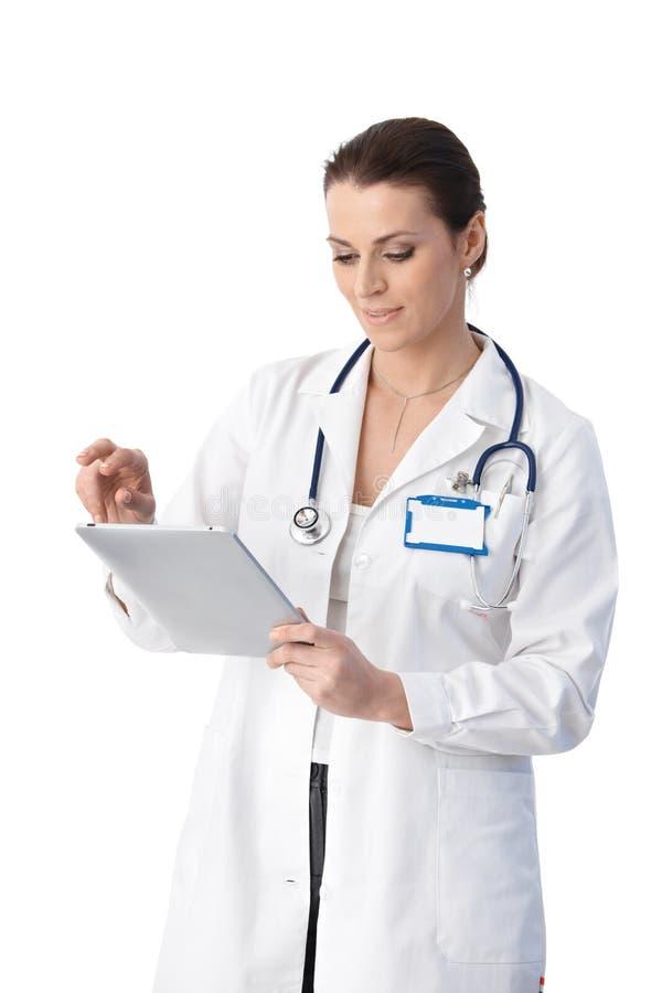 Doktor som kontrollerar tabletdatoren fotografering för bildbyråer