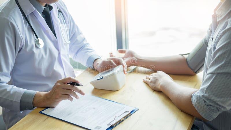 Doktor som m?ter och kontrollerar blodtryck av patienten i sjukhus, h?lsov?rdbegrepp royaltyfri fotografi