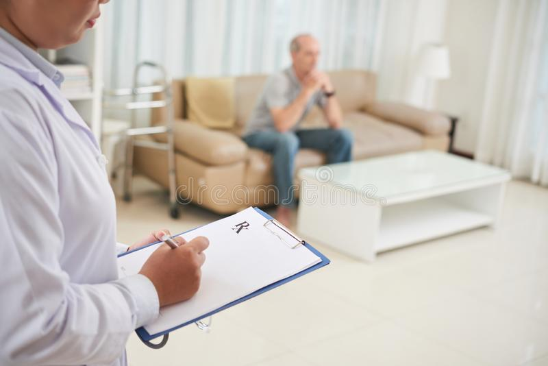 Doktor som ner skriver prescribtion royaltyfria foton