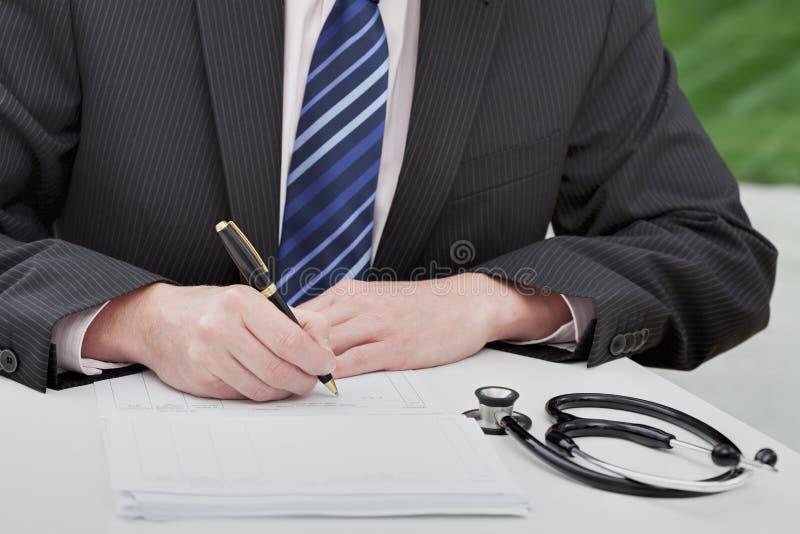 Doktor som ordinerar medicin arkivfoton